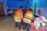 Ratusan rumah di Labuan Badas Sumbawa terendam banjir, anggota Brimob bantu evakuasi warga