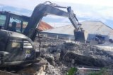 TNI bantu robohkan rumah korban gempa di Mamuju