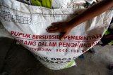 Pupuk bersubsidi yang dipersiapkan untuk kebutuhan tanaman padi di Aceh Besar, Aceh, Minggu (21/2/2021). Kementerian Pertanian menambah alokasi pupuk bersubsidi dari 8,9 juta ton pada 2020 menjadi 9 juta ton dan 1,5 juta liter pupuk organik cair pada 2021 sebagai upaya memenuhi kebutuhan pupuk bersubsidi yang mencapai 23.4 juta ton berdasarkan usulan sistem elektronik Rencana Definitif Kebutuhan Kelompuk (e-RDKK). Antara Aceh/Irwansyah Putra.