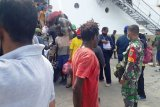 Babinsa Koramil Mapurujaya bagikan masker di pelabuhan Pomako Timika