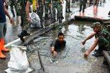 Babinsa Kodim Jayawijaya bersihkan saluran drainase