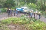 PLN UP3 Sumbawa berjibaku perbaiki puluhan tiang roboh akibat cuaca ekstrem