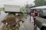 Jalan licin, truk boks tabrak pembatas jalan di Praya