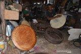 Perajin yang juga musisi tradisional Aceh menyelesaikan pembuatan alat musik rapai di rumah Desa Kayee Lee, Kecamatan Ingin Jaya, Kabupaten Aceh Besar, Aceh, Senin (22/2/2021). Menurut perajin, usaha produksi berbagai jenis alat musik tradisional Aceh berupa rapai, serune kale dan seruling  di daerah itu sulit berkembang dan para pembuat alat musik juga mulai langka sehingga membutuhkan perhatian dari pemerintah setempat dalam upaya menjaga kelestariannya. ANTARA FOTO/Ampelsa
