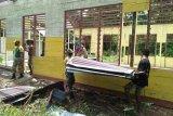 Satgas TNI kerja bakti membongkar bangunan gereja lama di perbatasan