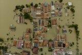 Foto udara banjir di Kampung Kampek, Telukjambe Barat, Karawang, Jawa Barat, Selasa (23/2/2021). Badan Nasional Penanggulangan Bencana (BNPB) mencatat warga terdampak banjir di Kabupaten Karawang mencapai 28.329 jiwa dan mengakibatkan 8.539 unit rumah terendam banjir yang disebabkan meluapnya sungai Citarum, Cibeet, Cikereteg, Cikalapa dan Cilamaya serta Cikaranggelam. ANTARA JABAR/M Ibnu Chazar/agr