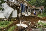 Seorang warga menunjukan rumah yang rusak dan dikosongkan penghuninya akibat pergerakan tanah di Kampung Cigorowong, Setiawargi, Kecamatan Tamansari, Kota Tasikmalaya, Jawa Barat, Selasa (23/2/2021). Sedikitnya lima rumah warga rusak akibat pergerakan tanah dan mengancam 20 rumah lainnya. ANTARA JABAR/Adeng Bustomi/agr