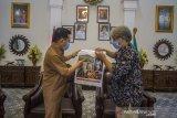 Bupati Tapin HM Arfin Arpan (kiri) menerima bingkisan yang diserahkan Kepala LKBN ANTARA Biro Kalsel Nurul Aulia Badar (kanan) saat silahturrahmi di Rumah Dinas Bupati, Rantau, Kabupaten Tapin, Kalimantan Selatan, Selasa (23/2/2021). Foto Antaranews Kalsel/Bayu Pratama S.