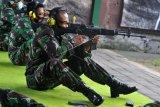 Prajurit TNI Angkatan Udara berlatih menembak di Lapangan Tembak Tohpati, Denpasar, Bali, Selasa (23/2/2021). Kegiatan tersebut dilakukan untuk meningkatkan kemampuan para prajurit TNI AU Lanud I Gusti Ngurah Rai dalam menembak sasaran. ANTARA FOTO/Fikri Yusuf/nym.