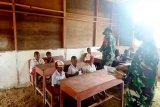 Satgas TNI membantu mengajar siswa SD di perbatasan RI-PNG