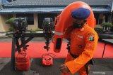 Personel Ditpolairud Polda Jawa Timur membawa pelampung saat Apel Kesiapsiagaan Penanggulangan Bencana di Ditpolairud Polda Jawa Timur, Surabaya, Jawa Timur, Rabu (24/2/2021). Ditpolairud Polda Jawa Timur menyiagakan personelnya beserta peralatan lengkap di sejumlah wilayah di Jawa Timur untuk kegiatan pencarian dan pertolongan (SAR) menghadapi kemungkinan adanya bencana alam. Antara Jatim/Didik/Zk