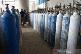 Pekerja mengisi tabung dengan oksigen di Depot Pengisian Oksigen, Banda Aceh, Aceh, Rabu (24/2/2021). Kebutuhan oksigen medis untuk sejumlah rumah sakit selama pandemi COVID-19 di daerah itu mencapai 300 tabung per hari atau meningkat sekitar 30 persen dari sebelumnya. ANTARA FOTO/Ampelsa.