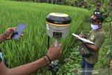 Petugas mengukur bidang tanah milik warga melalui program Pendaftaran Tanah Sistematis Lengkap (PTSL) melalui Pemerintah Desa Jalatrang di Kecamatan Cipaku, Kabupaten Ciamis, Jawa Barat, Rabu (24/2/2021). Kementerian Agraria dan Tata Ruang/Badan Pertanahan Nasional (ATR/BPN) mengeluarkan aturan baru mengenai bukti kepemilikan tanah dalam bentuk sertifikat elektronik. ANTARA JABAR/Adeng Bustomi/agr