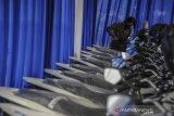 Petugas memasukan baterai motor listrik saat penyerahan motor listrik bagi Aparatur Sipil Negara (ASN) di Balai Kota Bandung, Jawa Barat, Rabu (24/2/2021). Pemerintah Kota Bandung bekerjasama dengan PT HPP Energy Indonesia untuk uji coba program pinjam pakai 22 unit sepeda motor listrik yang ditujukan sebagai kendaraan operasional ASN guna mendorong keberadaan kendaraan listrik yang dapat mengurangi polusi di Kota Bandung. ANTARA JABAR/Raisan Al Farisi/agr