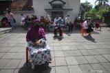 Warga lanjut usia mengantre untuk mengikuti vaksinasi COVID-19 di Puskesmas Pakis di Jalan Kembang Kuning Makam, Surabaya, Jawa Timur, Selasa (23/2/2021). Vaksinasi COVID-19 yang dilakukan kepada warga lanjut usia dan digelar secara bertahap tersebut sebagai upaya penanggulangan pandemi COVID-19. Antara Jatim/Didik/Zk