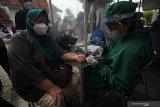 Warga lanjut usia menjalani pemeriksaan awal atau 'screening' sebelum menjalani vaksinasi COVID-19 di Puskesmas Pakis di Jalan Kembang Kuning Makam, Surabaya, Jawa Timur, Selasa (23/2/2021). Vaksinasi COVID-19 yang dilakukan kepada warga lanjut usia dan digelar secara bertahap tersebut sebagai upaya penanggulangan pandemi COVID-19. Antara Jatim/Didik/Zk