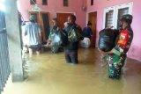 Personel TNI membantu warga BTN Sentani terdampak banjir
