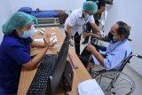 Petugas melakukan pemeriksaan awal kepada warga lanjut usia (lansia) yang akan menjalani vaksinasi COVID-19 di Rumah Sakit Bali Mandara, Denpasar Bali, Rabu (24/2/2021). Sebanyak 340.683 orang lansia menjadi sasaran dalam vaksinasi tahap kedua COVID-19 Provinsi Bali. ANTARA FOTO/Fikri Yusuf/nym.