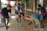 Warga Cikarang Bekasi gotong royong bersihkan lumpur sisa banjir