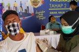 Petugas menyuntikkan vaksin COVID-19 ke lengan kiri salah satu jurnalis/awak media di Tulungagung, Jawa Timur, Rabu (24/2/2021). Jumlah calon penerima vaksin COVID-19 tahap 2 di daerah ini membengkak dari target semula hanya 32 ribuan sasaran namun setelah pendataan menjadi 225 ribu orang. Antara Jatim/Destyan Sujarwoko/zk