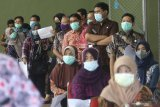 Sejumlah pegawai antre untuk mendapatkan suntikan vaksin COVID-19 di lingkungan pemerintah daerah Kabupaten Kediri, Jawa Timur, Kamis (25/2/2021). Pada vaksinasi COVID-19 tahap kedua tersebut pegawai di sejumlah instansi pemerintah daerah menerima suntikan vaksin sebagai upaya penanggulangan pandemi. Antara Jatim/Prasetia Fauzani/zk.