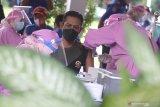 Petugas kesehatan menyuntikkan vaksin COVID-19 kepada pegawai di lingkungan pemerintah daerah Kabupaten Kediri, Jawa Timur, Kamis (25/2/2021). Pada vaksinasi COVID-19 tahap kedua tersebut pegawai di sejumlah instansi pemerintah daerah menerima suntikan vaksin sebagai upaya penanggulangan pandemi. Antara Jatim/Prasetia Fauzani/zk.