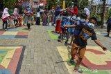 Sejumlah anak mengikuti permainan tradisional di Kampung Budak Capetang (KBC), Babakan Kalangsari, Kota Tasikmalaya, Jawa Barat, Kamis (25/2/2021). Wahana edukasi ramah anak yang didirikan secara swadaya tersebut menyediakan fasilitas permainan outbond dan kaulinan barudak yang bertujuan untuk mengajarkan anak bersosialisasi serta membangun budaya gotong-royong. ANTARA JABAR/Adeng Bustomi/agr