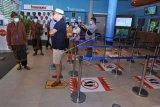 Menteri Pariwisata dan Ekonomi Kreatif (Menparekraf) Sandiaga Salahuddin Uno (kiri) meninjau destinasi wisata Waterbom Bali, Kuta, Badung, Bali, Kamis (25/2/2021). Kunjungan tersebut dilakukan Menparekraf Sandiaga Uno untuk mengamati penerapan protokol kesehatan berbasis Cleanliness, Health, Safety, Environmental sustainability (CHSE) serta meninjau lokasi drive-thru vaksinasi COVID-19 yang rencananya akan dibangun di kawasan Waterbom Bali. ANTARA FOTO/Fikri Yusuf/nym.