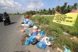 Kendaraan melintas di jalan elak Desa Geulanggang Teungoh, Kecamatan Kota Juang, Kabupaten Bireuen yang dipenuhi tumpukan sampah, Kamis (25/2/2021). Kesadaran masyarakat dalam membuang sampah pada tempatnya masih rendah di Bireuen. Antara Aceh/HO/Rahmat T Geurugok