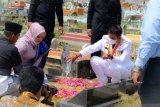 Bupati Bintan  diinfokan ditangkap padahal sedang ziarah makam ibunya