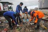 Aktivis lingkungan memunguti sampah plastik saat mengkampanyekan #2021stopmakanplastik di pesisir Kenjeran, Surabaya, Jawa Timur, Kamis (25/2/2021). Aksi yang dilakukan oleh Ecoton, Komunitas Tolak Plastik dan sejumlah mahasiswa tersebut dilakukan untuk mengajak masyarakat tidak membuang sampah plastik sembarangan serta mengurangi penggunaan plastik sekali pakai.  Antara Jatim/Didik/Zk