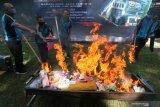 Petugas dari Kantor Pengawasan dan Pelayanan Bea dan Cukai memusnahkan berbagai jenis barang ilegal dengan cara dibakar di halaman Kantor Pos, Kota Kediri, Jawa Timur, Jumat (26/2/2021). Pemusnahan produk ilegal dan sejumlah barang impor yang menyalahi ketentuan kepabeanan senilai Rp31 juta tersebut merupakan hasil penindakan selama kurun waktu Januari-Februari 2021. Antara Jatim/Prasetia Fauzani/zk