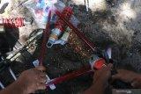 Petugas dari Kantor Pengawasan dan Pelayanan Bea dan Cukai memusnahkan rangka sepeda dengan cara dipotong dengan gerinda di halaman Kantor Pos, Kota Kediri, Jawa Timur, Jumat (26/2/2021). Pemusnahan produk ilegal dan sejumlah barang impor yang menyalahi ketentuan kepabeanan senilai Rp31 juta tersebut merupakan hasil penindakan selama kurun waktu Januari-Februari 2021. Antara Jatim/Prasetia Fauzani/zk