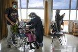 Seorang lansia menjalani penyuntikkan vaksin COVID-19 di Rumah Sakit Al Islam, Bandung, Jawa Barat, Jumat (26/2/2021). Dinas Kesehatan Kota Bandung menargetkan sebanyak 118.870 lansia di Kota Bandung untuk divaksinasi COVID-19 pada tahap kedua program vaksinasi nasional. ANTARA JABAR/Raisan Al Farisi/agr