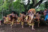 Penari menampilkan Tari Turonggo Seto saat tradisi Nyadran Rejeban Plabengan di kawasan lereng Gunung Sumbing Dusun Cepit, Pagergunung, Bulu, Temanggung, Jawa Tengah, Jumat (26/2/2021). Ratusan masyarakat petani tembakau setempat melaksanakan tradisi turun temurun setiap hari Jumat Wage bulan Rejeb penanggalan Jawa sebagai wujud syukur kepada Tuhan dan penghormatan kepada tokoh penyebar agama Islam Ki Ageng Makukuhan. ANTARA FOTO/Anis Efizudin/nym.