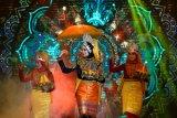 Penari sanggar Geunta Nanggroe menarikan tarian tradisional Ranub Lampuan pada pembukaan Wedding Expo di Banda Aceh, Aceh, Sabtu (27/2/2021). Ranup Lampuan merupakan tarian sambil membawa sirih dalam puan (wadah yang terbuat dari kuningan) sebagai lambang penghormatan dan kebiasaan masyarakat Aceh menyambut tamu istimewa. Antara Aceh/Irwansyah Putra.