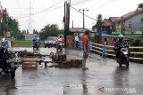 Jembatan Graha Prima penghubung Tambun - Bekasi nyaris putus
