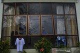 Seorang pegawai Pemda menjalani isolasi di Pusat Isolasi COVID-19 Islamic Center, Kabupaten Ciamis, Jawa Barat, Sabtu (27/2/2021). Bupati Ciamis Herdiat Sunarya beserta Wakil Bupati Yana D Putra dan sejumlah pegawai terkonfirmasi positif COVID-19 berdasarkan hasil uji tes usap yang diduga terpapar dari klaster perkantoran di lingkungan Pemerintah Daerah Ciamis. ANTARA JABAR/Adeng Bustomi/agr