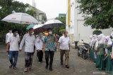 Menteri Kesehatan Budi Gunadi Sadikan (kedua kanan) Gubernur Jawa Timur Jawa Timur Khofifah Indar Parawansa (tengah) didampingi Pengasuh pondok pesantren Bumi Sholawat KH Agoes Ali Mashuri (kedua kiri) saat meninjau pondok pesantren Bumi Sholawat di Lebo, Tulangan, Sidoarjo, Jawa Timur, Sabtu (27/2/2021). Kunjungan tersebut dalam rangka meninjau infrastruktur Adaptasi Kebiasaan Baru (AKB) serta kepatuhan terhadap protokol kesehatan untuk semua aktivitas guna mencegah penyebaran COVID-19 dan persiapan pembelajaran tatap muka serta belajar-mengajar dengan aman dan nyaman di pondok pesantren. Antara Jatim/Umarul Faruq/zk