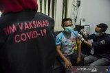 Petugas Kesehatan menyuntikkan vaksin COVID-19 kepada pedagang Pasar Sederhana, Bandung, Jawa Barat, Sabtu (27/2/2021). Sedikitnya 200 pedagang di pasar tersebut menerima Vaksin COVID-19  dosis pertama pada pelaksanaan vaksin tahap dua Jawa Barat yang ditujukan bagi lansia, pedagang pasar, ASN,TNI-Polri. ANTARA JABAR/Novrian Arbi/agr