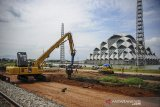 Pekerja menggunakan alat berat untuk menyelesaikan proyek jalur kereta api ganda Kiaracondong-Cicalengka di Gedebage, Bandung, Jawa Barat, Minggu (28/2/2021). Proyek jalur kereta api ganda Kiaracondong-Cicalengka dengan panjang 22,15 kilometer tersebut ditujukan untuk meningkatkan aksebilitas dan mobilitas kereta api penumpang dan logistik serta ditargetkan akan dapat digunakan pada awal 2023 mendatang. ANTARA JABAR/Raisan Al Farisi/agr
