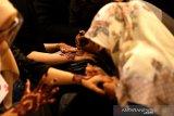 Peserta mengikuti lomba melukis inai di Banda Aceh, Aceh, Sabtu (27/2/2021). Lomba lukis inai yang diselenggarakan pada rangkaian kegiatan wedding expo sebagai upaya untuk melestarikan adat dan budaya daerah ditengah pandemi COVID-19. Antara Aceh/Irwansyah Putra.