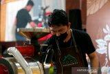 Pegiat dan pengusaha warkop mengikuti lomba membakar biji kopi (roasting) pada festival kopi koetaraja 2021 di Banda Aceh, Aceh, Minggu (28/2/2021). Festival Kopi Koetaraja yang digelar Dinas Kebudayaan dan Pariwisata Aceh secara daring dan luring (online dan offline) sebagai upaya mengedukasi dan mengembangkan industri kopi serta membangkitkan kembali ekonomi kreatif ditengah pandemi COVID-19. Antara Aceh/Irwansyah Putra.