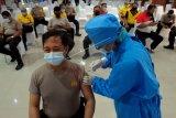 Petugas kesehatan menyuntikan vaksin COVID-19 kepada seorang anggota polisi saat vaksinasi tahap kedua di Mapolda Bali, Denpasar, Bali, Senin (1/3/2021). Sebanyak lima ribu dosis vaksin COVID-19 yang diterima Polda Bali tersebut diberikan kepada 2.500 personel Kepolisian, diantaranya 1.726 anggota Bhabinkamtibmas yang berinteraksi langsung dengan masyarakat. ANTARA FOTO/Nyoman Hendra Wibowo/nym.