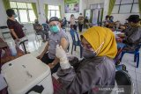 Petugas kesehatan bersiap menyuntikan vaksin COVID-19 kepada warga lansia (lanjut usia) di Puskesmas Cempaka, Banjarmasin, Kalimantan Selatan, Senin (1/3/2021). Berdasarkan data Dinas Kesehatan Kota Banjarmasin, dari 49.780 orang lansia yang ada, hanya sebanyak 7.450 orang lansia saja yang bisa mengikuti vaksinasi COVID-19 pada tahap kedua ini karena vaksin yang tersedia di Kota Banjarmasin masih terbatas. Foto Antaranews Kalsel/Bayu Pratama S.