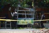 Tim Penjinak Bom Brimob Polda Aceh menggunakan alat detektor berupaya menemukan serpihan logam pasca ledakan diduga granat di rumah warga Desa Peunyerat, Kecamatan Bandar Raya, Banda Aceh, Aceh, Senin (1/3/2021). Pihak Polda Aceh menyatakan  aksi teror bom diduga granat yang merusak kios, kaca dan dinding rumah serta melukai seorang warga itu belum diketahui motifnya karena masih dalam penyelidikan dan meminta keterangan beberapa orang saksi, termasuk pemilik rumah. ANTARA FOTO/Ampelsa.