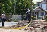 Tim Penjinak Bom Brimob Polda Aceh berupaya menemukan serpihan logam pasca ledakan di duga granat di rumah warga Desa Peunyerat, Kecamatan Bandar Raya, Banda Aceh, Aceh, Senin (1/3/2021). Pihak Polda Aceh menyatakan  aksi teror bom diduga granat yang merusak kios, kaca dan dinding rumah serta melukai seorang warga itu belum diketahui motifnya karena masih dalam  penyelidikan dan meminta keterangan beberapa orang saksi, termasuk pemilik rumah. ANTARA FOTO/Ampelsa.