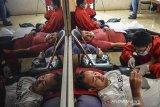 Petugas Palang Merah Indonesia (PMI) mengambil darah para pendonor di Terminal Transit Gapuraning Rahayu, Kabupaten Ciamis, Jawa Barat, Senin (1/3/2021). PMI setempat menggalakkan donor darah seperti di fasilitas publik guna memenuhi stok stok darah di Ciamis terutama selama pandemi COVID-19. ANTARA JABAR/Adeng Bustomi/agr