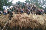 Satgas TNI bantu warga perbatasan bangun rumah adat Suku Aumuti