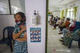 Sejumlah warga lansia (lanjut usia) antre mengikuti vaksinasi COVID-19 di Puskesmas Cempaka, Banjarmasin, Kalimantan Selatan, Senin (1/3/2021). Berdasarkan data Dinas Kesehatan Kota Banjarmasin, dari 49.780 orang lansia yang ada, hanya sebanyak 7.450 orang lansia saja yang bisa mengikuti vaksinasi COVID-19 pada tahap kedua ini karena vaksin yang tersedia di Kota Banjarmasin masih terbatas. Foto Antaranews Kalsel/Bayu Pratama S.